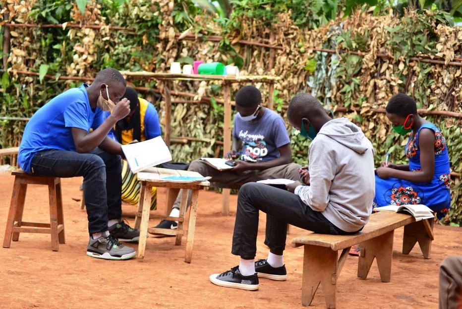 Ruanda, un gruppo di studio all'aria aperta