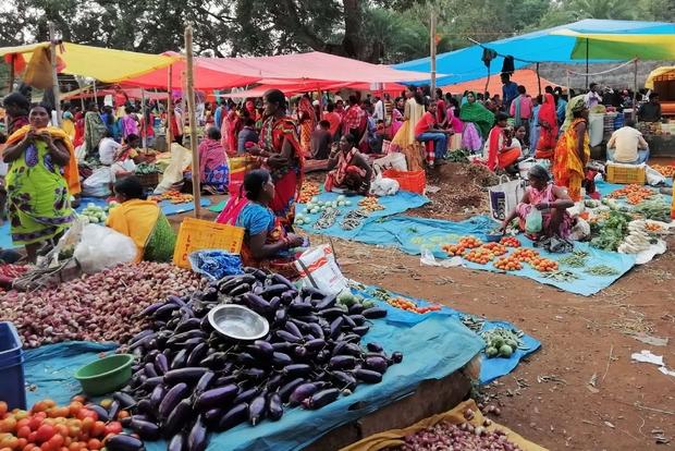 I mercati settimanali come quello di Amliput sono essenziale luogo d'incontro con le etnie, altrove problematico o limitato per legge