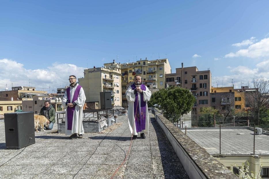 La supplica quotidiana alla Madonna di Pompei dal tetto della parrocchia di Santa Giulia Billiart a Roma