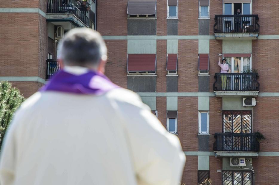 La gente che dalle finestre partecipa alla supplica quotidiana alla Madonna di Pompei