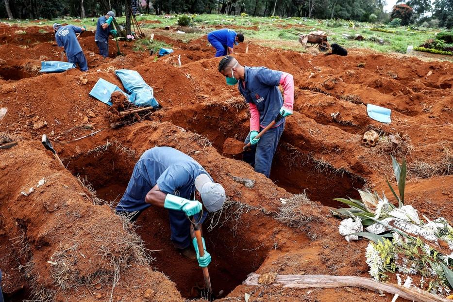 Nel cimitero di Vila Formosa a San Paolo, il più grande dell'America Latina, si liberano vecchie tombe per far posto ai deceduti di Covid-19