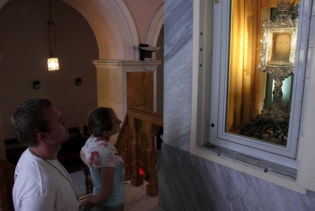 Fedeli davanti al Santo Volto di Manoppello