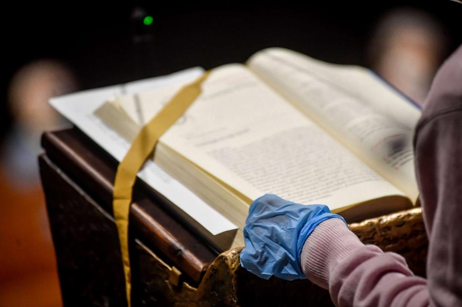 Il lettore con i guanti nel Duomo di Milano