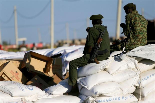 Un soldato sorveglia le forniture di cibo per i rifugiati etiopi in fuga dalla guerra nel Tigrai, verso il campo di Fashaga, al confine tra Sudan e Etiopia