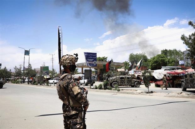 L'esercito all'esterno dell'ospedale di Medici senza frontiere attaccato a Kabul