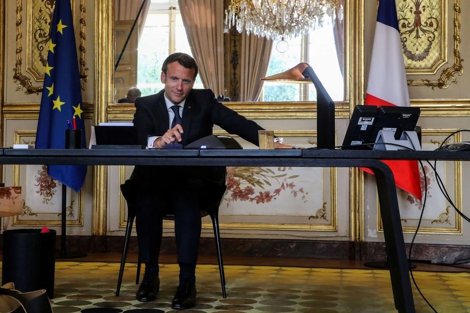 Il presidente Macron in videoconferenza con il Papa