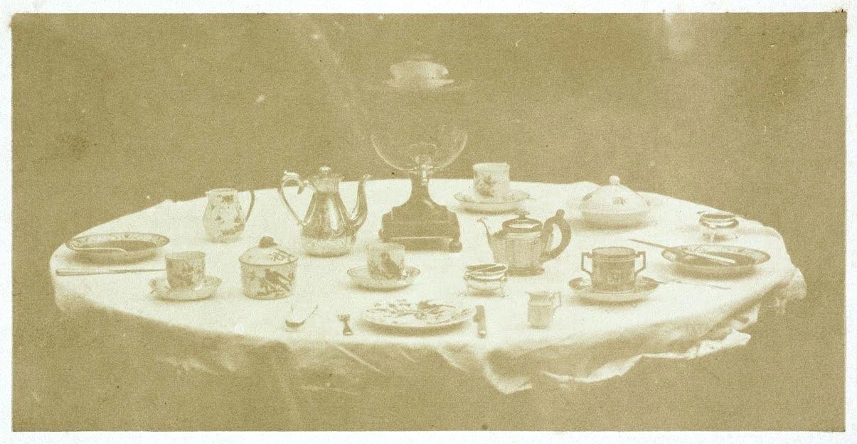 "William Henry Fox Talbot, ""Tablet set for tea"" (1839–1844), carta salata da calotipo"