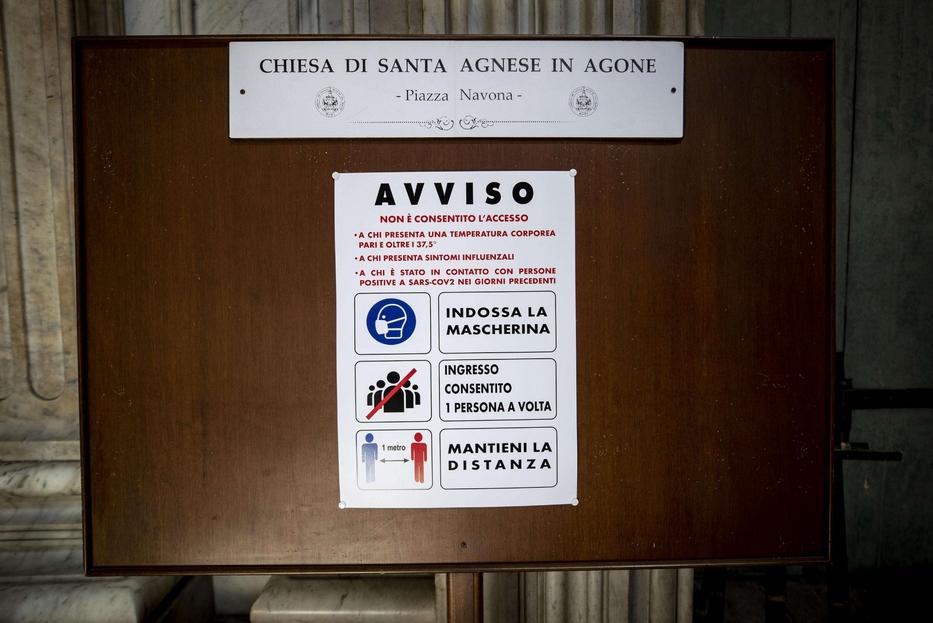 All'ingresso di una chiesa di Roma le indicazioni per le Messe 'sicure'