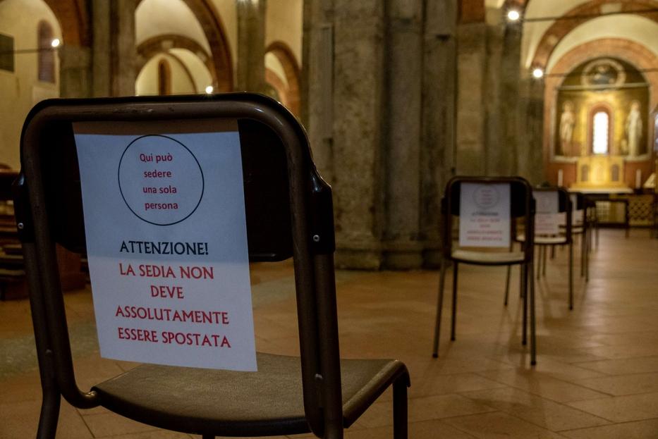 Un cartello per il rispetto delle distanze in una chiesa