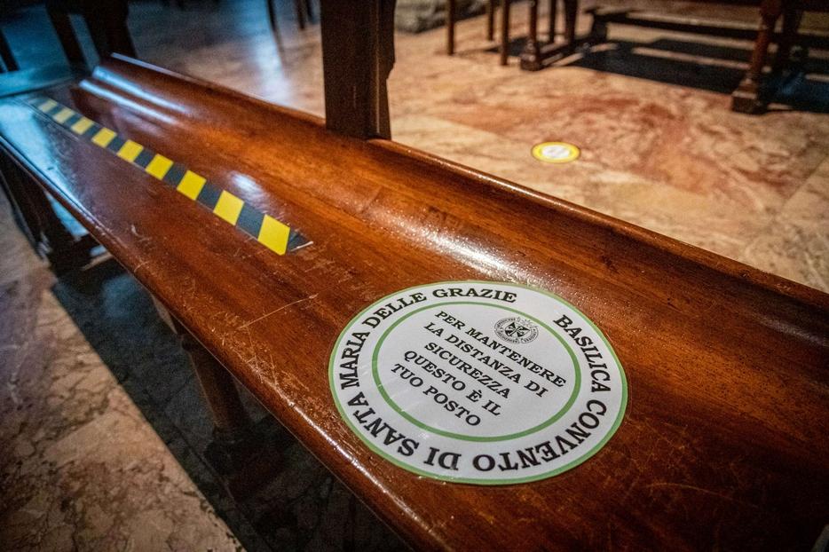 Un adesivo segnaposto sulla panca di una chiesa