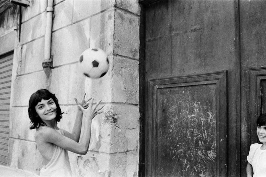 Uno degli scatti della 'bambina con il pallone', quartiere La Cala, Palermo, 1980