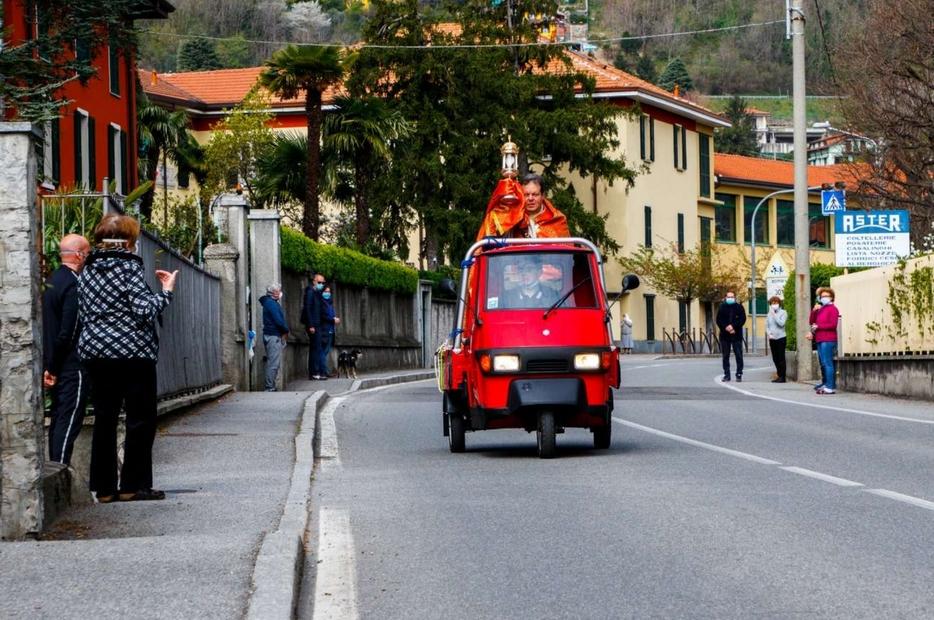 Don Stefano Dolci benedice con il Santissimo il paese di Ponte Lambro