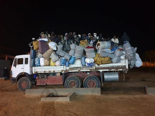 Un gruppo di migranti espulsi dal centro ufficiale al-Kufra nella notte del 15 maggio 2020 e riportati nel deserto del Ciad. Di loro non si ha più notizia