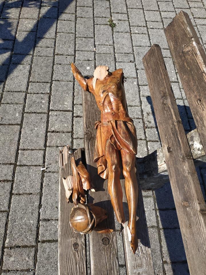 Il crocifisso distrutto vicino a Lizzano in Belvedere da un gruppo di ragazzi