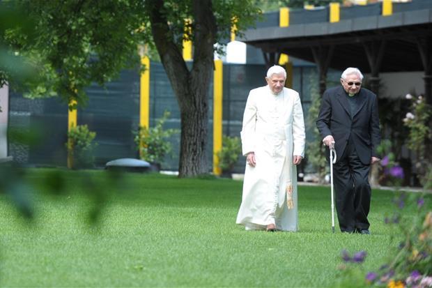 Il Papa emerito Benedetto XVI passeggia con il fratello Georg in una foto d'archivio
