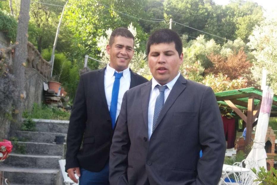 Emmanuel Diaz con, alle spalle, il fratello Henry morto precipitando con la sua auto dal ponte durante il crollo