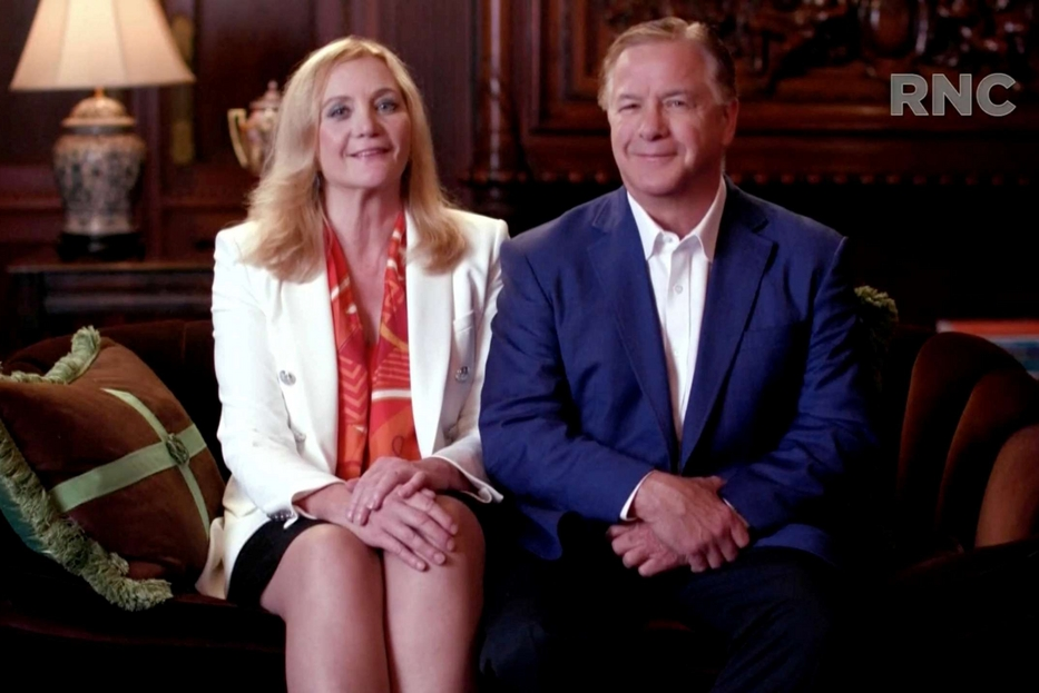 Mark e Patricia McCloskey, la coppia che davanti alla loro mansion di Saint Louis, in Missouri, puntò una pistola e un fucile contro i manifestanti che sfilavano pacificamente per protestare contro l'uccisione di George Floyd