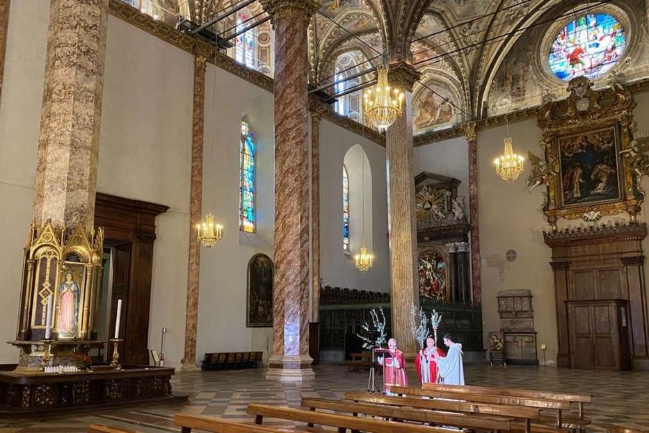 Il cardinale Bassetti celebra la Domenica delle Palme nella Cattedrale di Perugia deserta