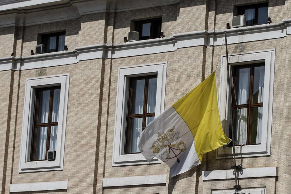 Anche la Santa Sede ha esposto la bandiera a mezz'asta