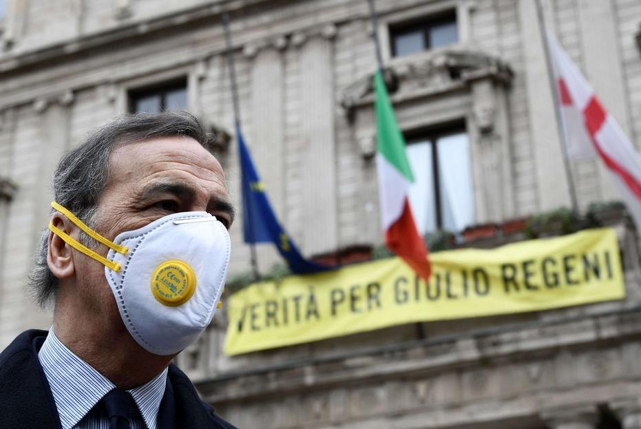 Il sindaco di Milano, Giuseppe Sala, davanti alle bandiere a mezz'asta su Palazzo Marino, sede del Comune