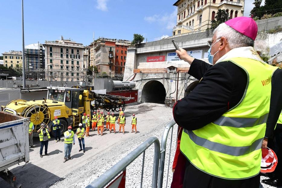 L'arcivescovo Marco Tasca benedice un cantiere a Genova
