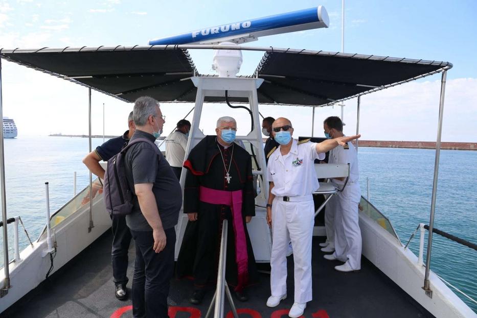 L'arcivescovo Marco Tasca su una motovedetta nel golfo di Genova