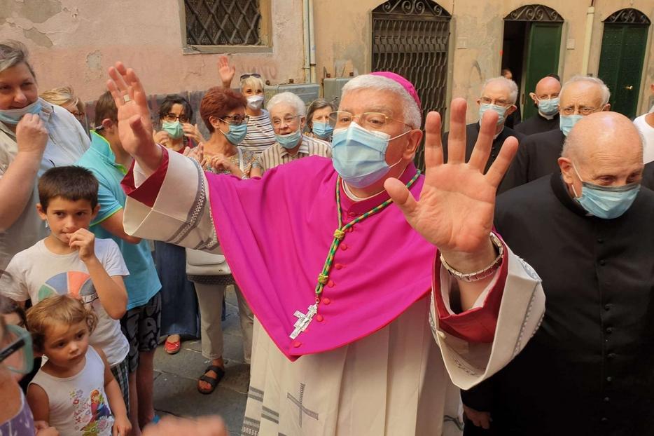 L'arcivescovo Marco Tasca mentre saluta la gente a Genova