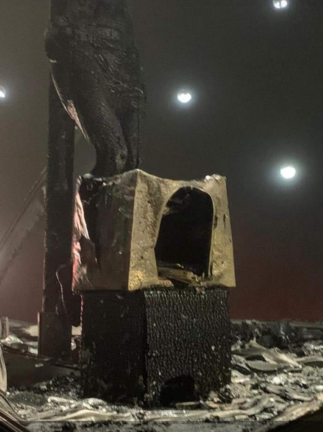 La devastazione causata dalla bomba molotov lanciata contro il Crocifisso