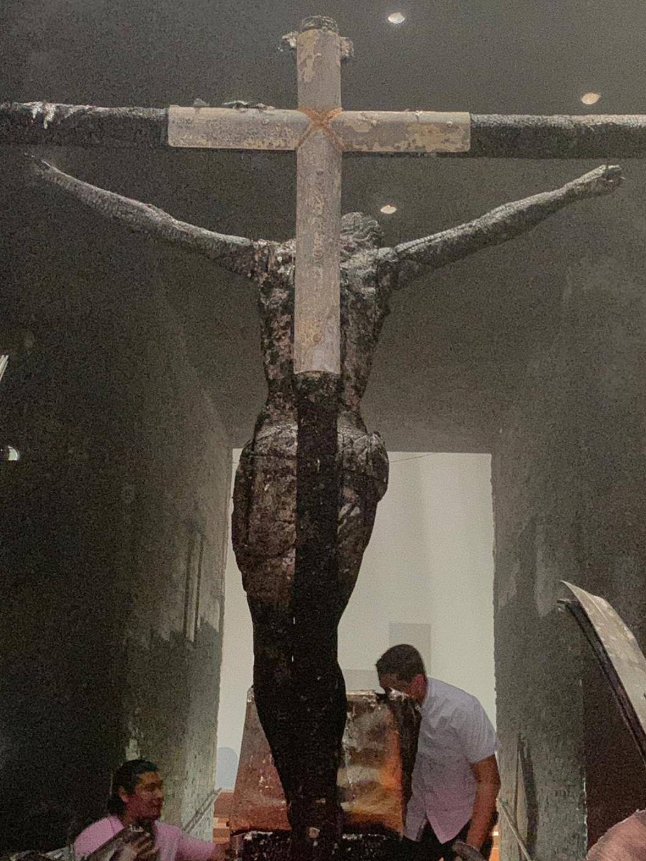 L'antico crocifisso, il 'Sangre de Cristo' gravemente danneggiato dalle fiamme
