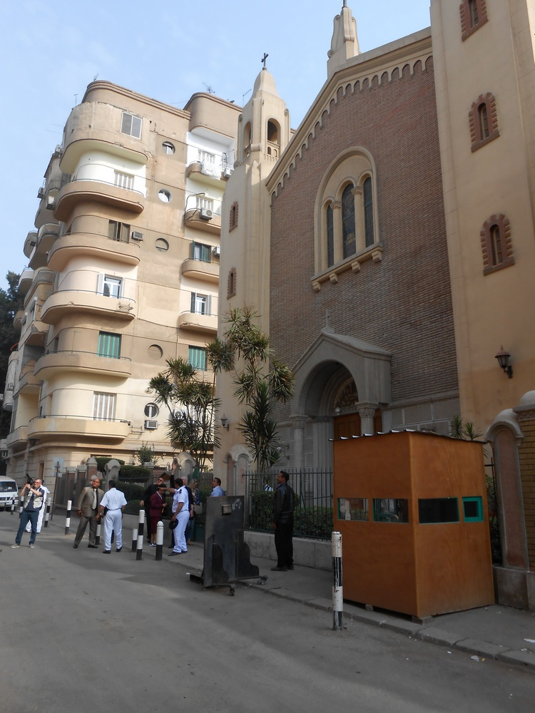 I controlli davanti a una chiesa cattolica al Cairo