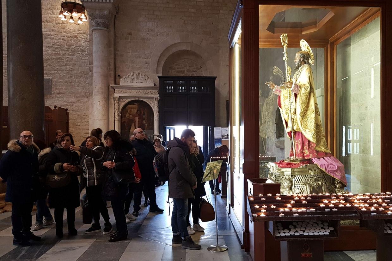 La statua di san Nicola nella Basilica di San Nicola a Bari