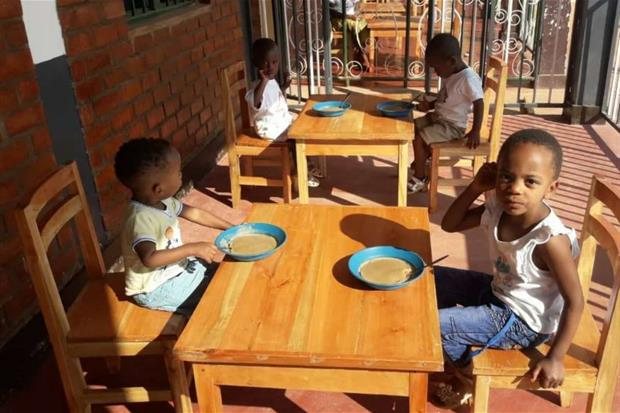 Bambini africani nel nuovo orfanotrofio in Burundi