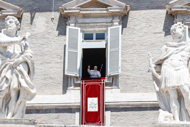 Papa Francesco non si allontana dal Vaticano, ma nel mese di luglio ha sospeso le udienze del mercoledì. L'Angelus invece non si interrompe