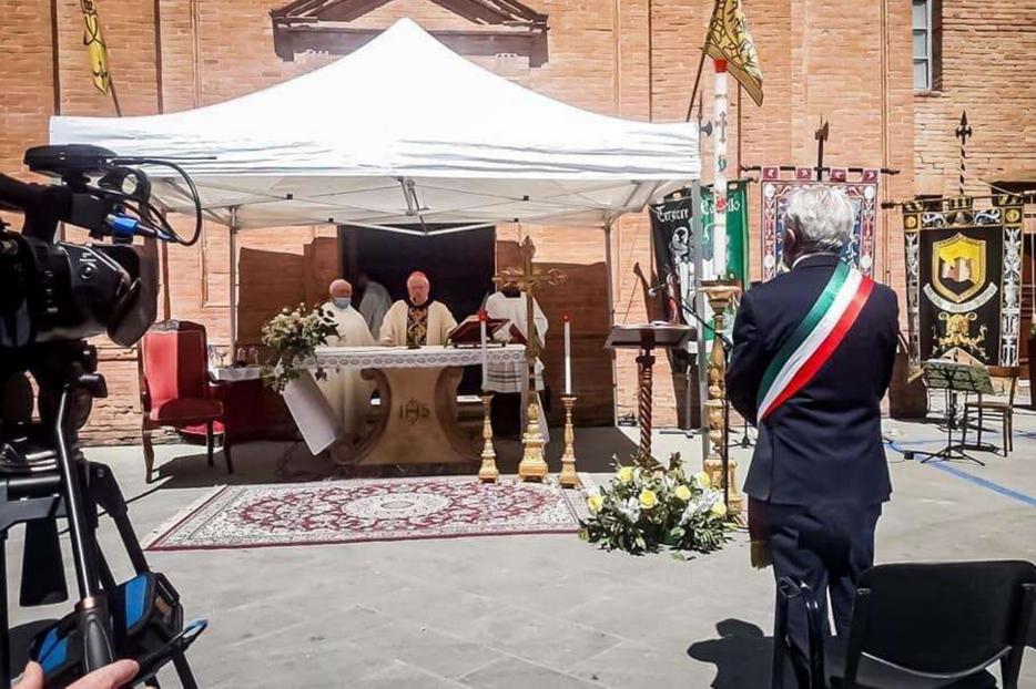 La Messa all'aperto con il cardinale Bassetti a Città della Pieve
