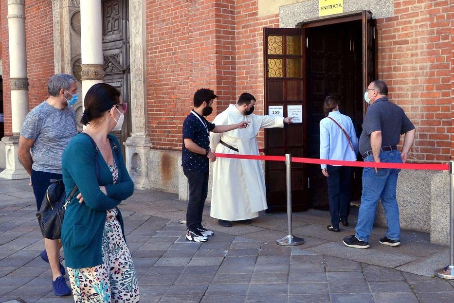 I volontari all'ingresso di una chiesa di Milano