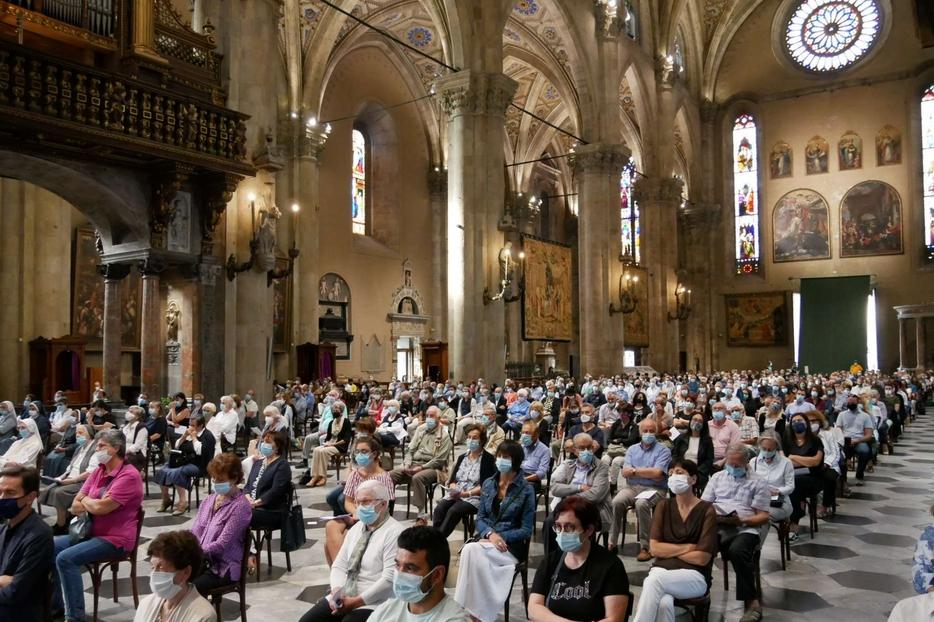 Fedeli nella cattedrale di Como