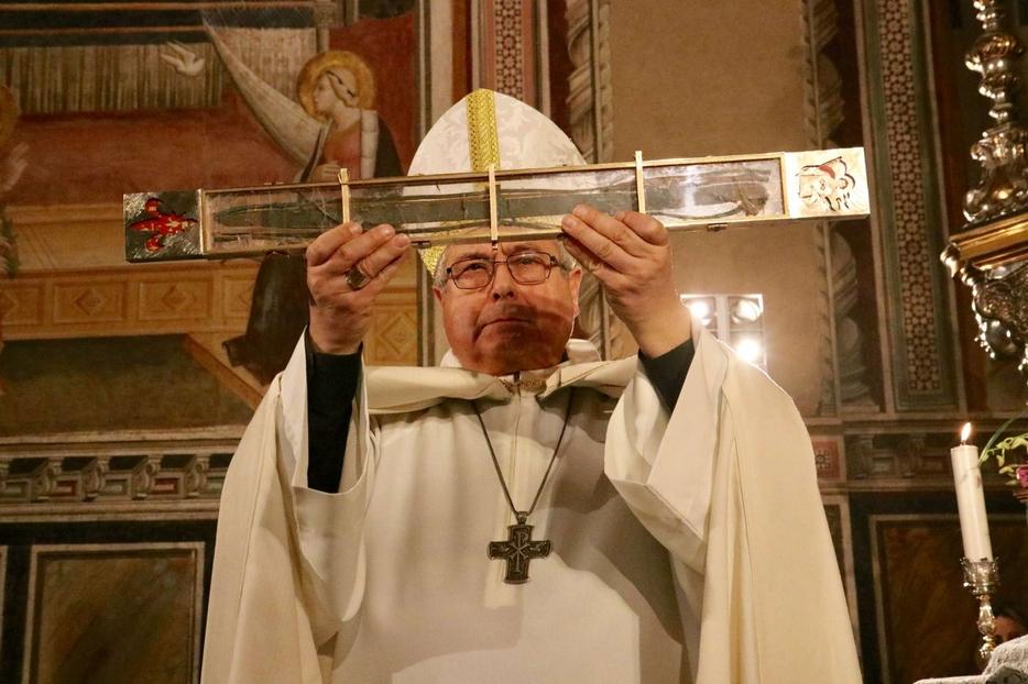 Il vescovo di Prato, Giovanni Nerbini, con il Sacro Cingolo della Madonna