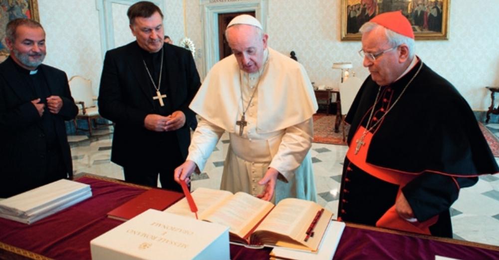 Il Papa mentre riceve il nuovo Messale in italiano dal cardinale Bassetti e dal vescovo Maniago