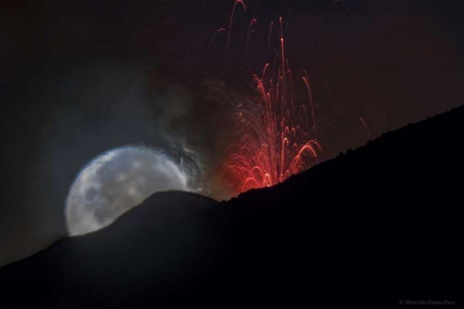 Uno scatto suggestivo della luna sull'Etna
