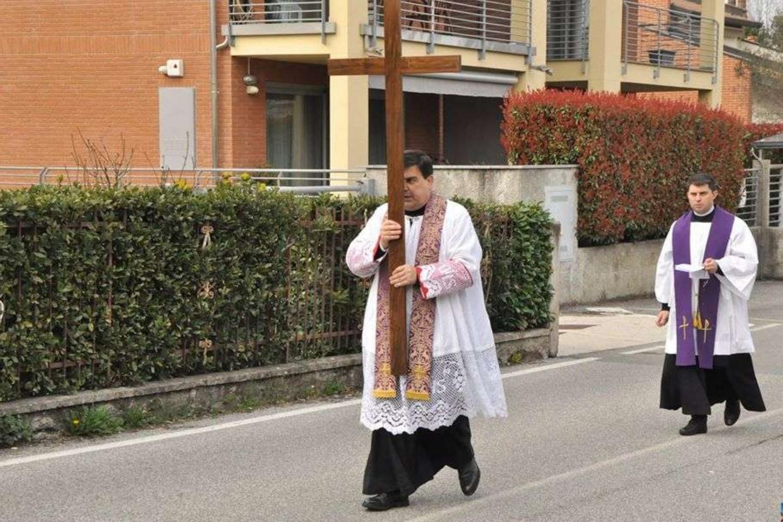 I sacerdoti dell'unità pastorale di Lambrugo e Lurago d'Erba mentre benedicono i due paesi