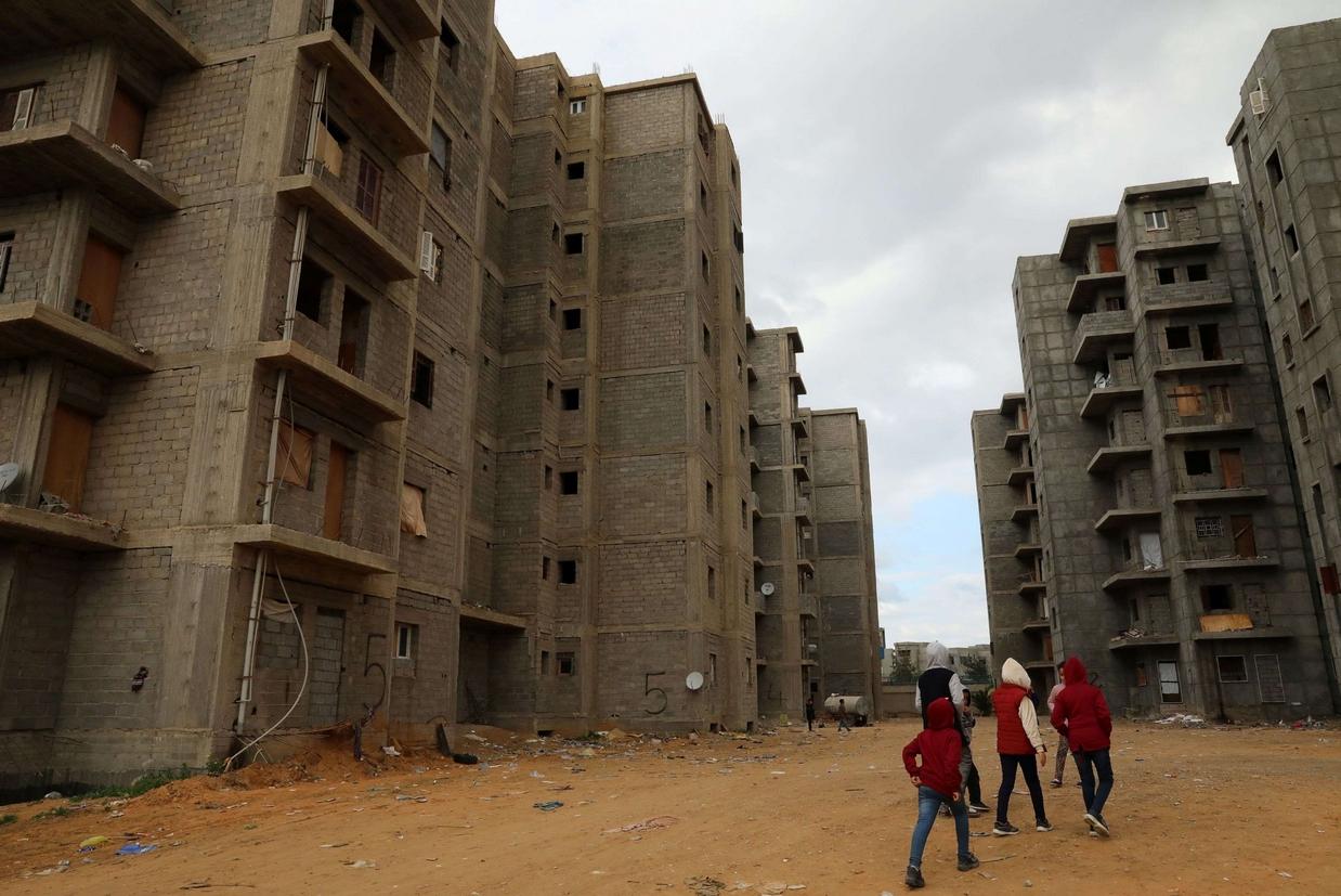 Alcuni bambini fra gli edifici abbandonati di Tripoli