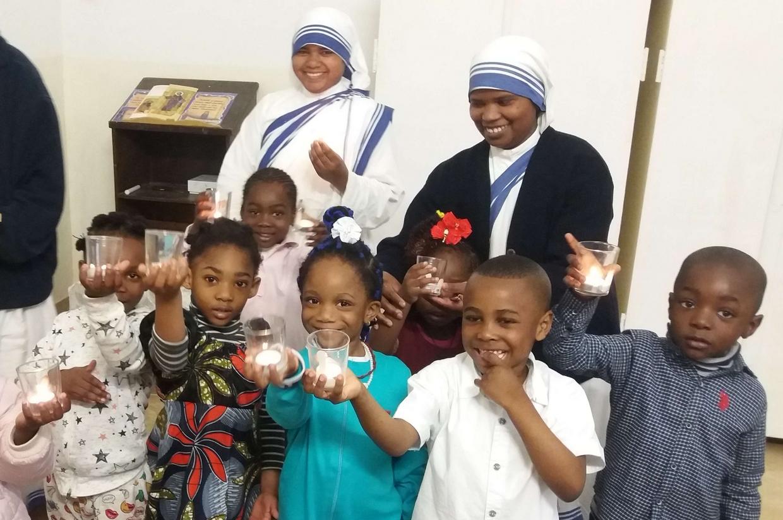 Le Missionarie della carità a Tripoli con alcuni bambini