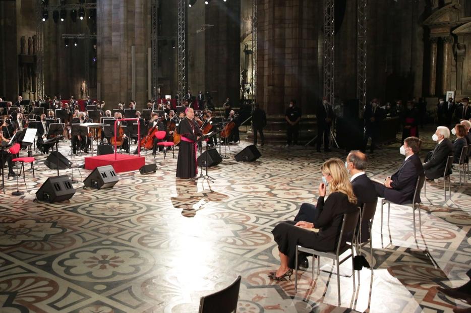 Il saluto dell'arcivescovo di Milano prima del Requiem eseguito dall'orchestra e dal coro del Teatro alla Scala