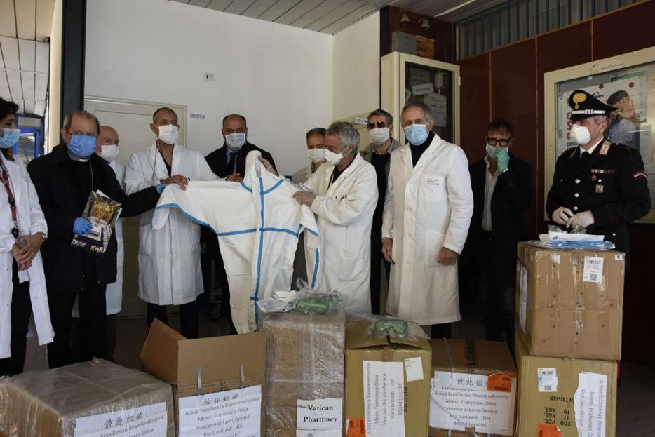 Nelle scatole della Farmacia vaticana c'erano 4mila mascherine, 400 tute e 400 occhiali. Nei prossimi giorni arriveranno anche due respiratori