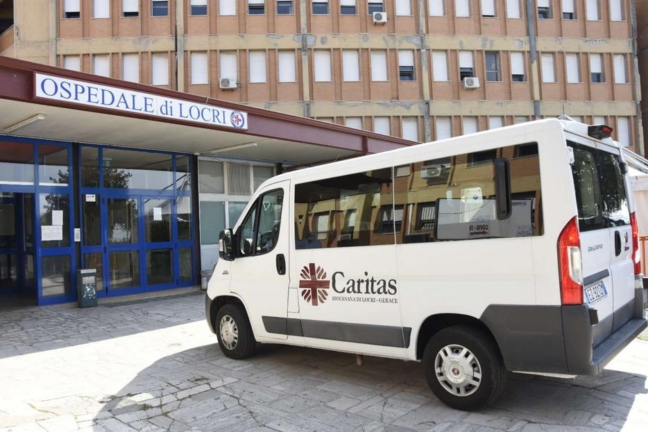 L'arrivo del pulmino della Caritas all'ospedale di Locri