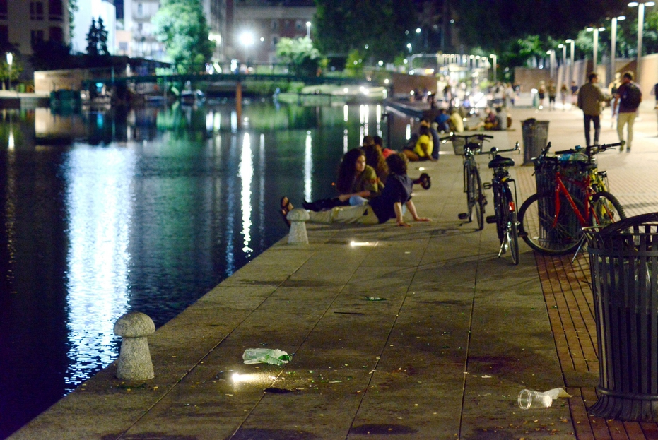 Movida notturna alla Darsena: nonostante i divieti, circola anche alcol. Ieri sera, attorno a mezzanotte, la polizia è dovuta intervenire per una lite in cui due ventenni stranieri si erano feriti a vicenda con un coltello