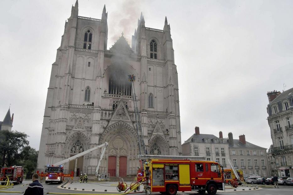 Vigili del fuoco al lavoro per salvare l'antica cattedrale gotica di Nantes, dedicata ai santi Pietro e Paolo