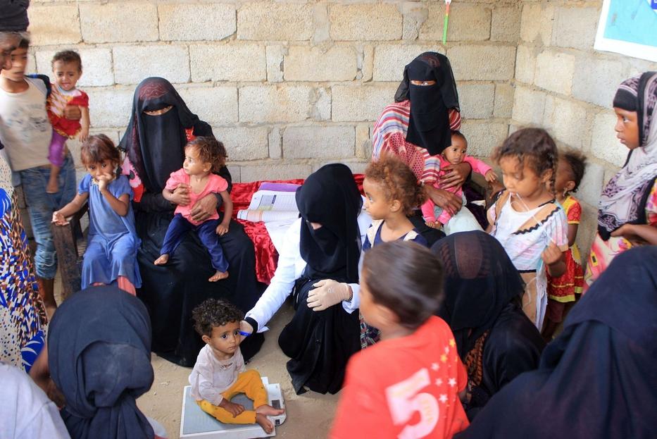 Nella stanzetta che si è costruita accanto a casa con parte del compenso avuto dall'Unicef, Mahmoud riceve madri e bambini, pesa i piccoli e dispensa medicinali di base