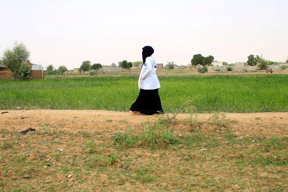 La giovane operatrice dell'Unicef percorre anche lunghe distanze a piedi tra i campi per visitare ogni famiglia