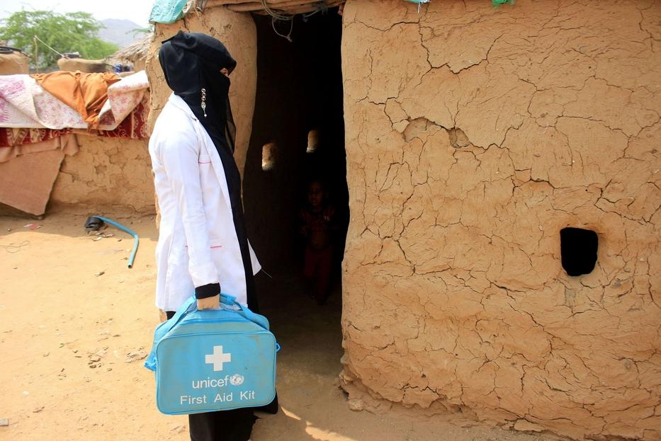 In 'visita domiciliare', con la valigetta sanitaria dell'Unicef per il primo soccorso